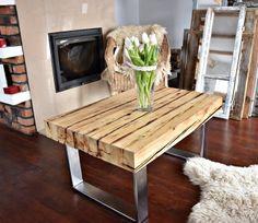 Stolik kawowy wykonany z drewna pochodzącego z odzysku i stali. Drewno zostało zabezpieczone woskiem, który chroni je przed wilgocią. Stal jest pokryta wysokiej jakości lakierem akrylowym. Wymiary  90 CM, x 60 CM, x 40 CM   Meble dostępny na zamówienie, wymiary można dopasować do potrzeb klienta. Cena zawiera koszt dostawy.