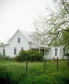 Country Farmhouse Decor, Farmhouse Homes, Modern Farmhouse, Farmhouse Style, White Farmhouse, Cabana, Porches, Old Farm Houses, Old Country Houses