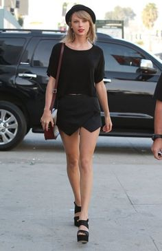 Taylor Swift Stops Stops By A Studio In Hollywood