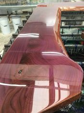producing a mirror frame from wood with indian rose colour coating colour resin epoxy Resin Furniture, Log Furniture, Into The Woods, Resin Table, Wood Table, Dining Table, Woodworking Plans, Woodworking Projects, Esstisch Design