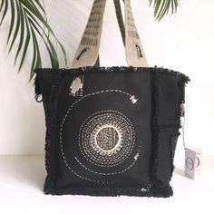 Sac cabas en patchwork de Lin noir  (570 g/m²), réversible en lin noir (310 g/m²). Broderie sashiko soleilEntièrement brodé en fil de coton naturel, fait main, pièce unique.Sac/cabas chic à a...