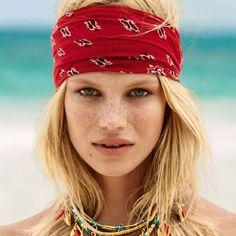 Look verão com bandana na cabeça e mix de maxi colares.