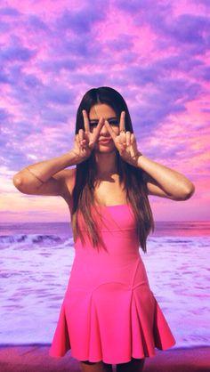 Selena Gomez the W or M sign for mason Fotos Selena Gomez, Selena Gomez Tumblr, Selena Gomez Cute, Selena Gomez With Fans, Justin Bieber And Selena, Selena Gomez Outfits, Selena Gomez Pictures, Selena Gomez Style, Oprah Winfrey