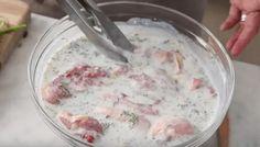 Připravte si chutnou marinádu za 5 minut a po upečení budete mít extra jemná kuřecí prsa, která se doslova rozplývají na jazyku. Pro přípravu marinády vám postačí jen pár základních surovin, jako je například smetana, citrónová kůra, sůl a pepř a samozřejmě nesmíte vynechat ani bylinky. Ty se nyní v zahradě krásně zelení, tak proč si nenatrhat a nepoužít v kuchyni.