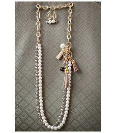 Collar en finas cuentas de vidrio esmaltadas color perla, cristales de murano, cadena  color dorado, borlas de cuero y piedras naturales. Hogla accesorios