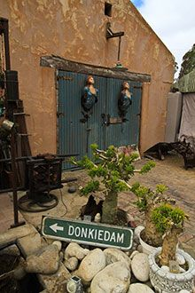 At the edge of Namaqualand, the Northern Cape town of Calvinia is abustle with eccentric surprises Old Farm Houses, Afrikaans, Heartland, Funny Signs, Holiday Destinations, Cape Town, Gates, Sculpture Art, South Africa