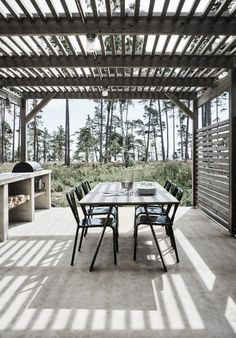 Charlie McCormick's tips for planting a balcony garden Will you covet Ben Pentreath's Georgian parsonage in Dorset? Properly, be sure to also check out his Bloomsbury toned. Its accompanying balcony garden is lovingly tended by Ben's partne… Petite Pergola, Small Pergola, Modern Pergola, Pergola Attached To House, Pergola Swing, Deck With Pergola, Cheap Pergola, Covered Pergola, Backyard Pergola