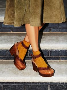 The Walk This Way Clog by Free People is made from the finest Spanish leathers. These wooden platform clogs feature a square toe with a contrast leather trim. Clogs Outfit, Clogs Shoes, Sock Shoes, 70s Shoes, Heeled Clogs, Socks And Sandals, Flat Shoes, Oxford Shoes, Free People Clogs