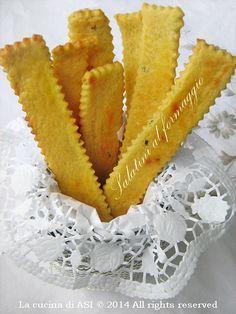 Questi salatini al formaggio sono buonissimi e l'insieme di senape e parmigiano li rende davvero gustosissimi per accompagnare mousse o a tutto pasto