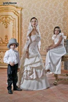 http://www.lemienozze.it/gallerie/foto-abiti-da-sposa/img13860.html Abito da sposa in taffetà con velo ricamato in pizzo