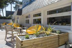 """Notre village """"la Baule"""" vous laisse découvrir sa nouvelle salle de restaurant extérieur rénovée. Sur la côte d'Amour, notre village """"la Baule"""" avec une plage de sable fin : baignades, marche sportive ... Découvrez des balades somptueuses et de magnifique visite notamment du port de Pouliguen ..  #restaurant #décoration #exterieur #idée #location #cosy #loire #atlantique #baule #escoublac #mer #plage #sable #bacafleur #plante #lumineux #blanc #jaune #bois #ternélia"""