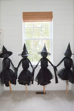 Make Your Own Outdoor Witches - Halloween Outside, Halloween Mantel, Halloween Door Decorations, Outdoor Halloween, Diy Halloween Decorations, Halloween House, Holidays Halloween, Vintage Halloween, Halloween Witches