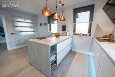 Bucătăria modernă Focus cu front lacuit alb ultralucios este o alegere bună pentru familiile tinere și dinamice. Kitchen Design, Design Inspiration, Chinchillas, Table, Studio, Furniture, Home Decor, Hip Bones, Cuisine Design
