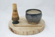 茶碗, Chawan. Cuenco desayuno, bol en gres esmaltado blanco y azul, té, café, arroz, fideos, sopa, ensalada, aperitivos, vajilla, decoración de KamiBarcelona en Etsy #gres #stoneware #te #cafe #tea #coffee #chawan #yunomi #handmade #hechoamano #unique #piezaunica #japan #japon #ceramica #pottery #design #diseño #interiorismo #vajilla #kami undefined Ceramic Workshop, Chawan, Mortar And Pestle, Breakfast Bowls, Food Grade, Dried Flowers, Coco, Noodles, Stoneware