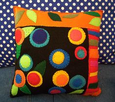 Make a felt cushion! Applique Cushions, Felt Applique, Applique Quilts, Felt Cushion, Felt Pillow, Cushion Pillow, Penny Rug Patterns, Felt Patterns, Wool Quilts