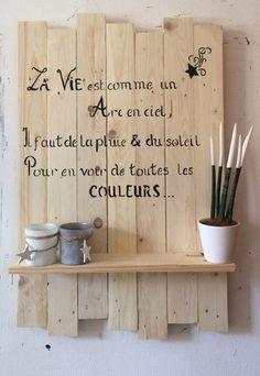 Création d'un cadre en bois de palette brut , avec 1 petite étagère , les dîmensions ,coloris ajout de texte sont personnalisables , citation coloris pochoir au choix Les dî - 21003536