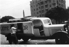 1940 - Entrega pelo leiteiro na praça Marechal Deodoro (Leite Vigor). Foto de Hildegard Rosenthal. Acervo do Instituto Moreira Salles.