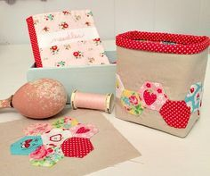 Free pattern & tutorial - Little Hexie Thread Catcher @ Cornbread & Beans Quilting