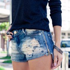 look perfeito com short jeans detalhe destroyed e zíper na lateral