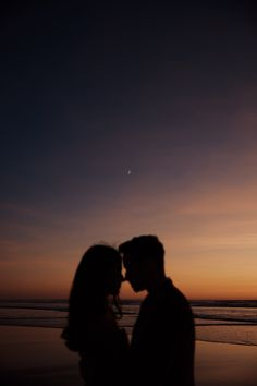 beach wedding night Oregon Beach Wedding - Night p - beachwedding Cute Couples Photos, Cute Couple Pictures, Cute Couples Goals, Couple Goals, Couple Photos, Beach Poses For Couples, Couple Posing, Night Beach Weddings, Beach Wedding Photos
