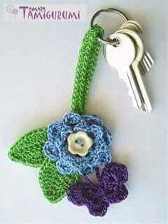 Free keychain flower crochet pattern in English and Dutch. Crochet Puff Flower, Crochet Flower Patterns, Love Crochet, Crochet Gifts, Crochet Motif, Beautiful Crochet, Diy Crochet, Crochet Designs, Crochet Flowers