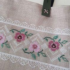 🌹🌹🌹 Çantamız ve işlemeli aynası yolcuğa hazır... . . . #elnakışı #nakışaşkı #kaneviçe #çanta #ayna #emek #sonuç #keşfetteyim #handmade💎… Simple Cross Stitch, Cross Stitch Rose, Cross Stitch Borders, Cross Stitch Flowers, Cross Stitch Designs, Cross Stitch Patterns, Crochet Border Patterns, Baby Knitting Patterns, Crochet Stitches