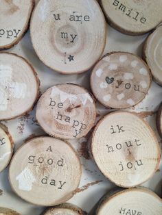 wooden messages! In het bos op de camping liggen heel veel dikke takken.....