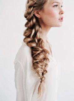Quieres un peinado informal para tu boda mirar que idea mas chula y más casual a la vez... Se adapta a varios estilos de vestidos!!!