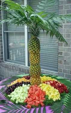Having a Luau Party? Check out this Pineapple Palm Tree! Beginning to look like this is only type of Luau I will ever attend! Pineapple Palm Tree, Pineapple Fruit, Pineapple Ideas, Carved Watermelon, Pineapple Delight, Gold Pineapple, Deco Fruit, Salad, Salads