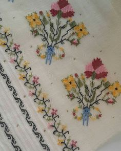 This Pin was discovered by Küb Cross Stitch Borders, Cross Stitch Flowers, Cross Stitch Patterns, Cross Stitches, Handicraft, Hand Embroidery, Applique, Quilts, Antiques