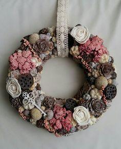 Christmas Advent Wreath, Door Wreaths, Easter Crafts, Dried Flowers, Flower Decorations, Burlap Wreath, Flower Arrangements, Floral Design, Holiday Decor