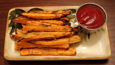 A different variation of making fries, with sweet potatoes! With this recipe you will prepare tasty baked sweet potato fries. Sweet Potato Waffles, Sweet Potato Recipes, Baby Food Recipes, Thing 1, Mouth Watering Food, Orange Recipes, Orange Foods, Roasted Sweet Potatoes, Vegetable Recipes