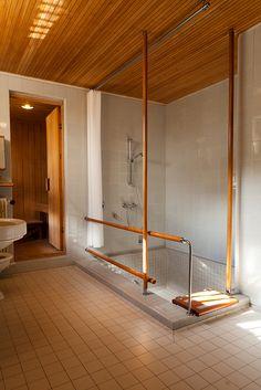 Banheiro principal com sauna e banheira na Maison Louis Carré projetada por Alvar Aalto. Em Bazoches-sur-Guyonnes, a 40 km de Paris. 1959. Fotografia: Addison Godel no Flickr.