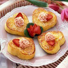 Tostadas francesas corazón! Corta rebanadas de pan con forma de corazón y tuestalos con un poco de mantequilla, azúcar y canela. Mezcla medi...