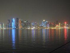 De skyline van Doha, met de wolkenkrabbers met 'psychedelische lichtjes'.