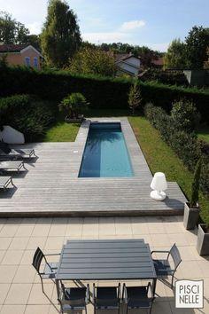 Terrasse et salon de jardin en acier rappelant le couloir de nage Piscinelle.