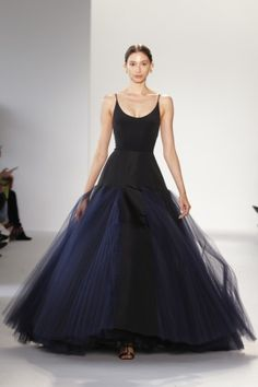 Christian Siriano Spring 2018 Ready-to-Wear Fashion Show Collection: See the complete Christian Siriano Spring 2018 Ready-to-Wear collection. Look 12 Christian Siriano, Christian Dior Couture, Beautiful Gowns, Beautiful Outfits, Couture Fashion, Runway Fashion, Womens Fashion, Fashion Week, Fashion Show