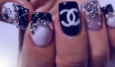 bon le Coco Channel quétaine, mais on aime les ongles extrêmement diamantés!! Faut que j'essaie