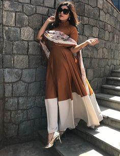Beautiful long Kurti /Dress. Ethnic Outfits, Indian Outfits, Kurti Designs Long, Blouse Designs, Pakistani Dresses, Indian Dresses, Pakistani Couture, Indian Attire, Indian Wear