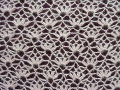 Châle dentelle, avec ou sans bordure En feuilletant un ancien catalogue de crochet, je suis «tombée» sous le charme d'un pull assez ajouré. Comme je ne porte plus de p…