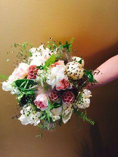 Sommerlicher Brautstrauss, locker, duftig, lieblich Mit Gräser und Pfingstrosen Von buntBund floristik