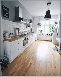 Modern Home Decor Kitchen – South Coast Home Decor Home Decor Kitchen, New Kitchen, Interior Design Living Room, Home Kitchens, Kitchen Dining, Interior Designing, Kitchen Fixtures, Kitchen Tiles, Kitchen Remodel