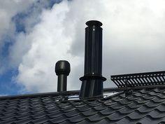 PETE-teräspiippu näyttää hyvältä myös katolla. Lue Suomen sileimmästä teräspiipusta lisää. #pete #piipustapiippuun #valmispiippu #teräspiippu #rakentaminen #katto #peltikatto