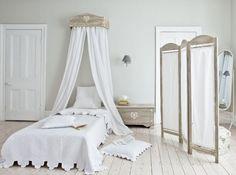 Pour une chambre romantique ou design, zen ou originale, Maison & Déco a sélectionné pour vous des ciels de lit et lits baldaquin propices à la détente dans les bras de Morphée. Il ne reste plus qu'à faire votre choix!