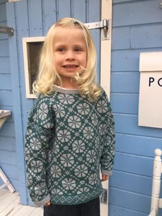 A combination of a classic Nordic wheel pattern and Tern, a delicious yarn wool and 25 % silk) from Quince & Co is the inspiration for this sweater for a small girl or boy. Knitting For Kids, Hand Knitting, Oven Design, Baby Barn, Ravelry, High Neck Dress, Wool, Silk, Pattern