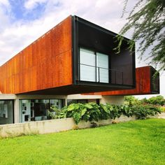 Concrete blocks, mountain rocks and reddish cement are among the materials that architects have used to blend five Peruvian houses into their surroundings. Arch House, Facade House, Raised Pools, Concrete Blocks, Concrete Walls, Exposed Concrete, Steel House, Corten Steel, Rooftop Terrace