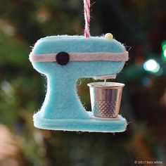 This sweet little kitchen mixer ornament will appeal to those that bake and anyone that appreciates goodies! Imagine a tiny elf helping to whip up a fresh batch of Christmas cookies! Easy to make with felt, glue, and a silver thimble as the mixing bowl. Ornament Pattern, Felt Ornaments Patterns, Ornaments Design, Glue Crafts, Felt Crafts, Crafts To Sell, Felt Christmas Ornaments, Christmas Crafts, Cowboy Christmas
