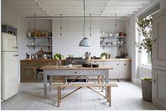cuisine-grise-ambiance-maison-campagne-avec-carrelage-blanc-meuble-bois-et-parquet-peint-en-gris. Kitchen Interior, New Kitchen, Kitchen Dining, Kitchen Decor, Rustic Kitchen, Kitchen Ideas, Country Kitchen, Kitchen Cabinets, Rustic Farmhouse