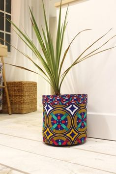 DIY : un cache-pot en wax - Elle Décoration African Crafts, African Home Decor, African Interior Design, African Design, African Textiles, African Fabric, Marie Claire, Quilts Vintage, Diy Wax