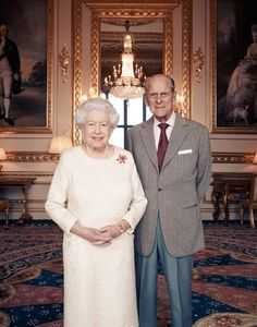 Queen Elizabeth II and Prince Philip, Duke of Edinburgh pose for a photo in the White Drawing Room at Windsor Castle in early November, in celebration of their platinum wedding anniversary in Windsor, England - November 2017 Princesa Elizabeth, Princesa Margaret, 70th Anniversary, Anniversary Photos, Lady Diana, Trooping The Colour, Die Queen, Queen Pictures, Royals